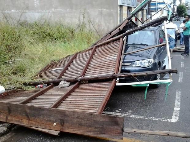 Outdoor caiu sobre carro durante chuva em Pouso Alegre, MG (Foto: Cláudia Kawapani)