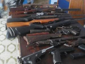 Espingardas e armas foram apreendidas durante operação. (Foto: Divulgação/PM)