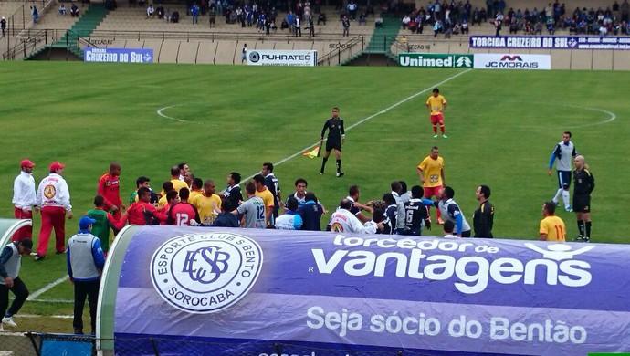 São Bento x Atlético Sorocaba - confusão (Foto: Emilio Botta)