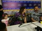Filha mais nova de cantora do Aviões do forró invade coletiva em Salvador