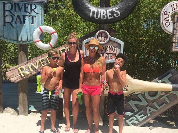 Britney Spears e os filhos, Sean e Jayden, em parque aquático em Los Angeles, nos Estados Unidos (Foto: Instagram/ Reprodução)