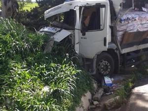 Acidente entre caminhões e carro na BR-262 em Bom Despacho (Foto: Polícia Militar Rodoviária/Divulgação)