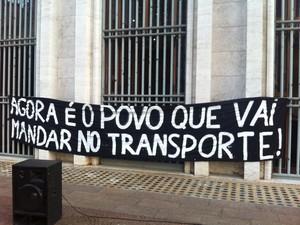 Cartaz colocado em frente à Prefeitura durante debate (Foto: Tatiana Santiago/G1)
