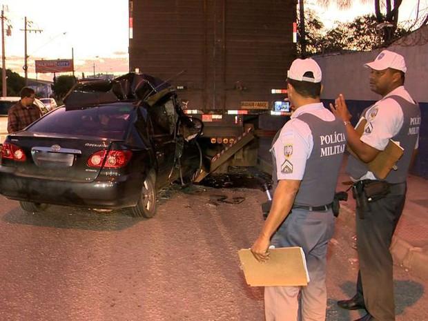 Motorista se fere ao bater na traseira de caminhão parado no Espírito Santo (Foto: Reprodução/ TV Gazeta)