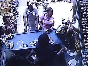 Câmeras do ciruito interno mostram anúncio do assalto e caixa entregando dinheiro. (Foto: Reprodução/TV Tapajós)