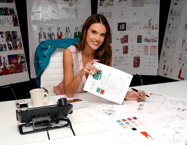 Alessandra Ambrosio no processo de criação para sua ále by Alessandra (Foto: Divulgação)