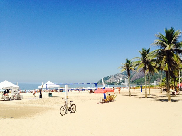 Praia de Ipanema estava cheia na manhã deste sábado (Foto: Lívia Torres / G1)