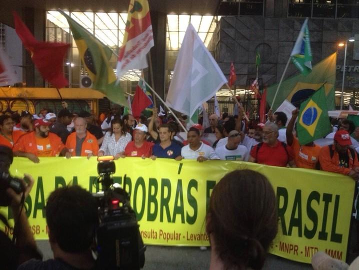 Manifestantes seguram faixa em frente à Petrobras
