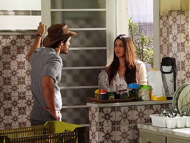 Jacira e Tobias se esbarram e não conseguem evitar climão (Foto: Amor Eterno Amor / TV Globo)
