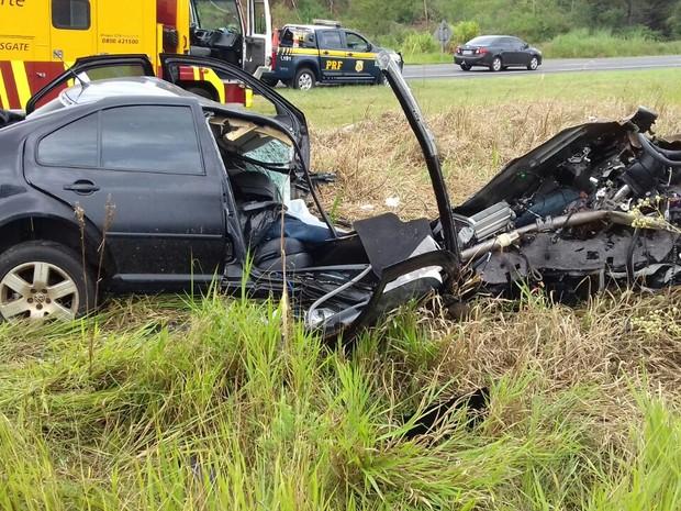 Ocupantes do veículo não resistiram aos ferimentos e morreram no local do acidente (Foto: Divulgação/PRF)