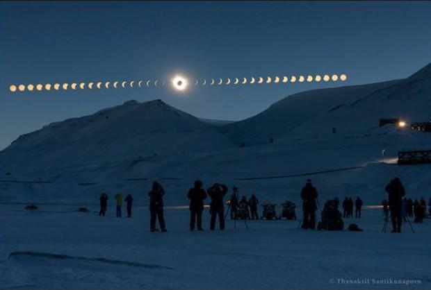 Thanakrit Santikunaporn, da Tailândia, foi finalista do prêmio com essa sequência das fases de um eclipse solar, visto de Svalbard, na Noruega. (Foto:  Thanakrit Santikunarporn  )