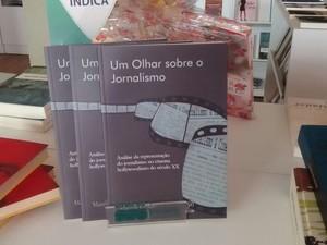 Livro Um Olhar sobre o jornalismo  (Foto: Claúdio Gomes/ TV Grande Rio)