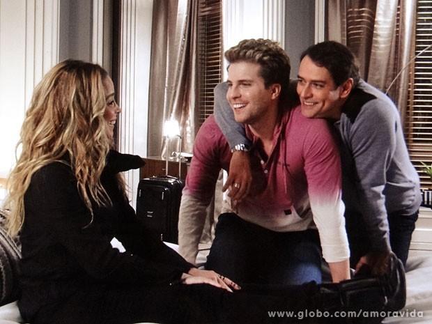 Niko e Eron mimam Amarilys (Foto: Amor à Vida/TV Globo)