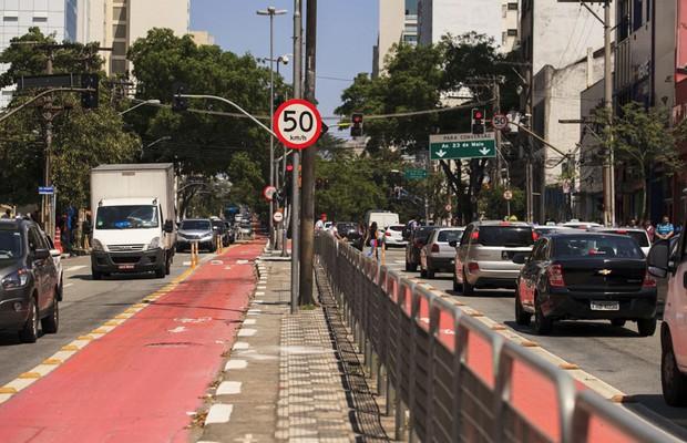 Velocidade máxima de vias arteriais de São Paulo foi reduzida para 50 km/h; ruas receberam ciclofaixas e ciclovias (Foto: Oswaldo Corneti / Fotos Públicas)