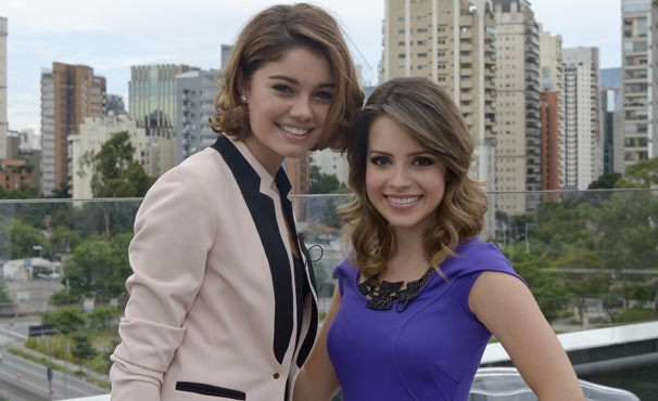 Amora (Sophie Charlotte) entrevista Sandy para seu programa (Foto: TV Globo/ Bob Paulino)