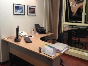Escrivaninha na biblioteca de Grossi, novo local de trabalho de Dirceu (Foto: Priscilla Mendes/G1)