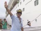 Roberto Carlos chega de conversível e embarca no 'Emoções em Alto Mar'