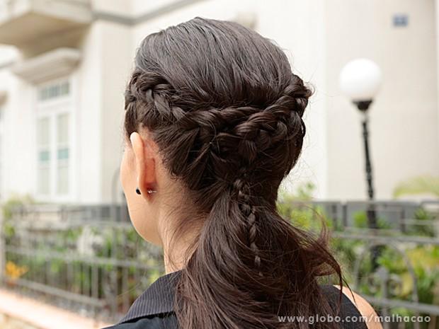 Terceiro passo: Junte as duas tranças e faça uma terceira com o cabelo que sobrar (Foto: Felipe Monteiro / TV Globo)