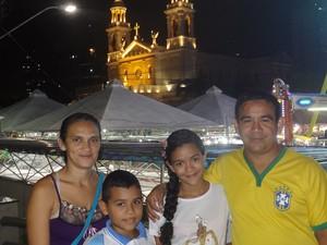 Rosiane e a família (Foto: Natália Mello/G1)