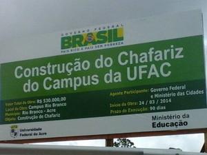 Placa anuncia construção de chafariz em universidade do Acre (Foto: Gustavo Cardial / Arquivo Pessoal)
