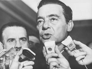 O político e advogado Auro Moura Andrade, então presidente do Senado, concede entrevista coletiva na capital paulista, em 1964 (Foto: Domicio Pinheiro/Estadão Conteúdo/AE)