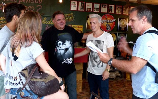 Di Ferrero ensaia no set com o eleco e o diretor Marcus Figueiredo (Foto: Foto: Malhação / TV Globo)