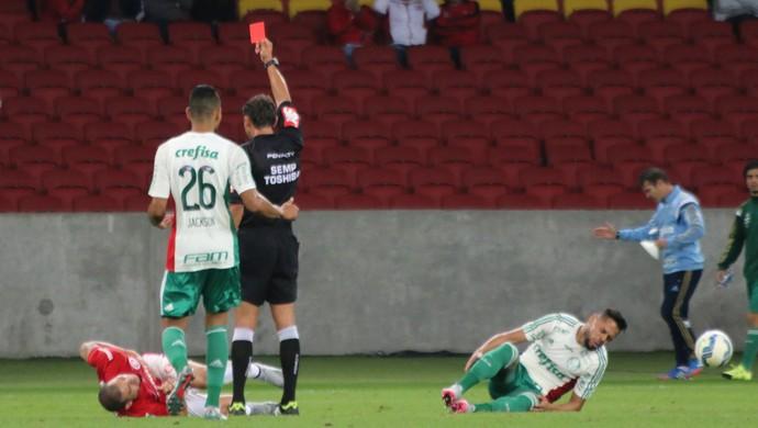 Nilton é expulso contra o Palmeiras (Foto: Diego Guichard)