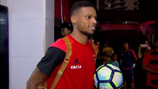 Após marcar três vezes e mitar no Cartola, André leva a bola do jogo para casa