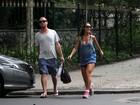Sabrina Sato exibe as pernas em caminhada no Rio