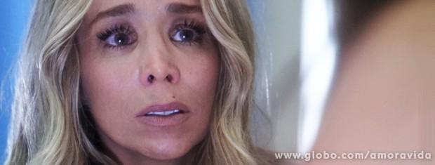 Ela comenta o caso com Amarilys, que também fica em choque (Foto: Amor à Vida / TV Globo)