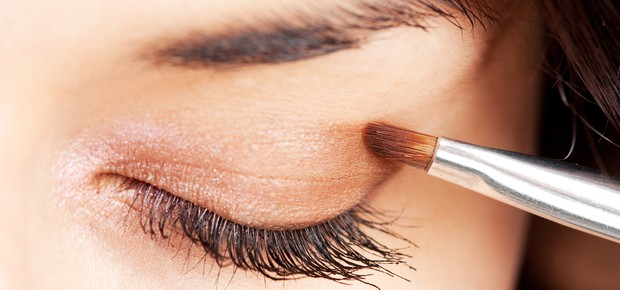 Mulher passando maquiagem nos olhos (Foto: Shutterstock)