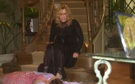 Elizângela cai da escada em 'Império' e repete morte de 'Senhora do Destino'
