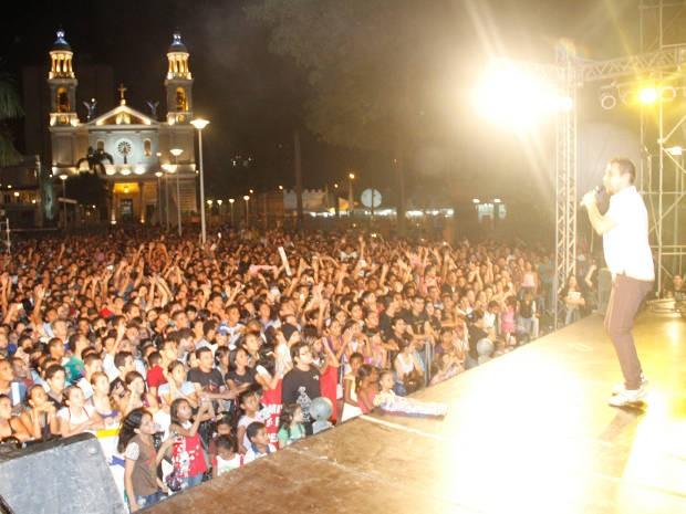 Artistas se apresentam de graça na Praça Santuário, em Belém. (Foto: Cristino Martins/O Liberal)