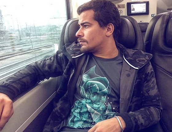 Por causa de A lei do amor, Thiago Martins está de novo visual. com bigode (Foto: Reprodução)