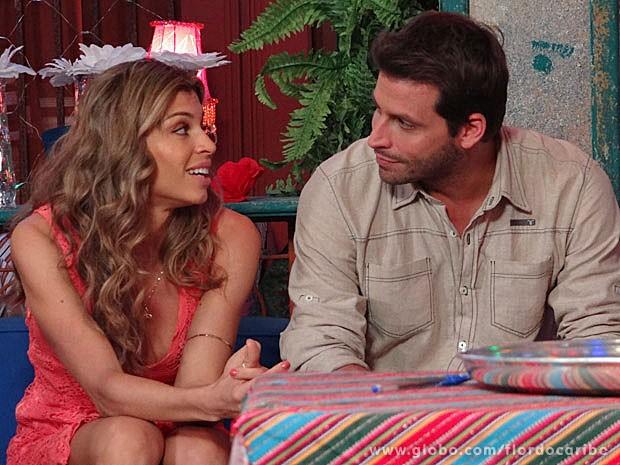 Grazi e Henri conversam antes de entrar em cena  (Foto: Flor do Caribe / TV Globo)