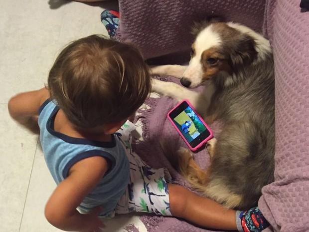 Lucas e Bebé assistem filmes juntos na casa da família Santoro (Foto: Fernanda Santoro/Arquivo pessoal)