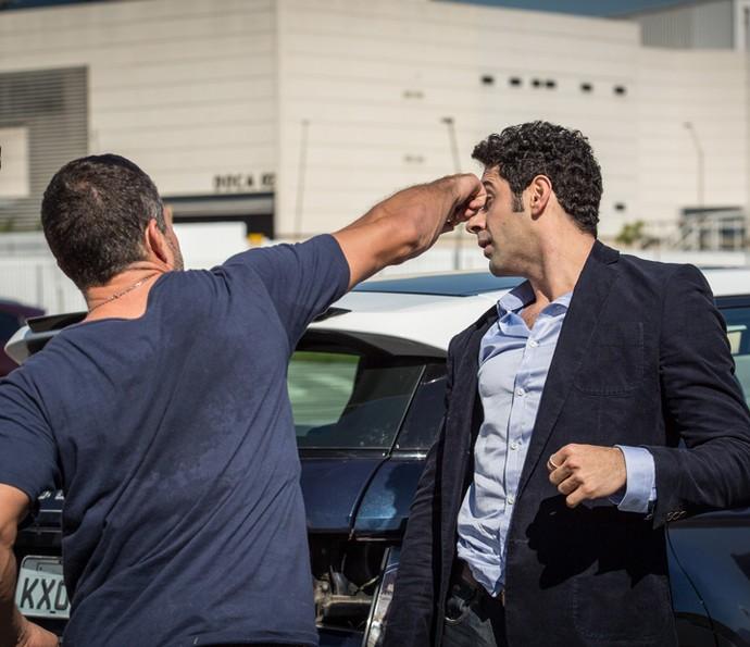 Apolo e Beto se desentendem no meio da rua (Foto: Fabiano Battaglin/Gshow)