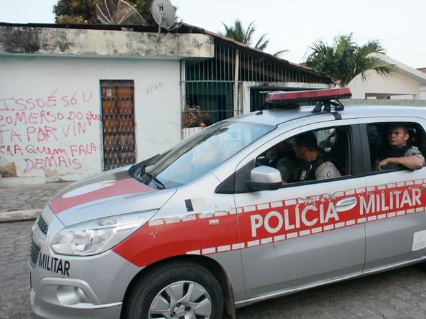 Ameaça foi feita em pichação no muro da casa, no Cristo Redentor, em João Pessoa (Foto: Walter Paparazzo/G1)