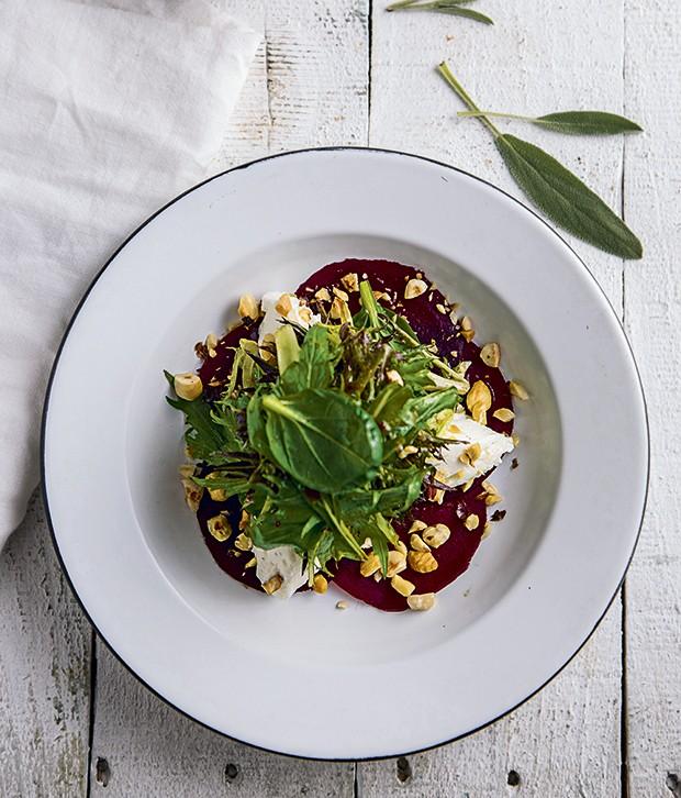 Salada de beterraba com queijo de cabra e avelã (Foto: Ricardo D'Angelo / P rodução: Ellen Annora / Fundo de madeira, Raízes Design)