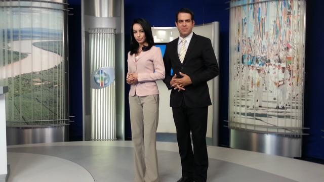 Apresentadores Maira Botelho e Délio Pinheiro se preparam para o MG Inter TV 1ª Edição. (Foto: Nicole Melhado / Inter TV MG)