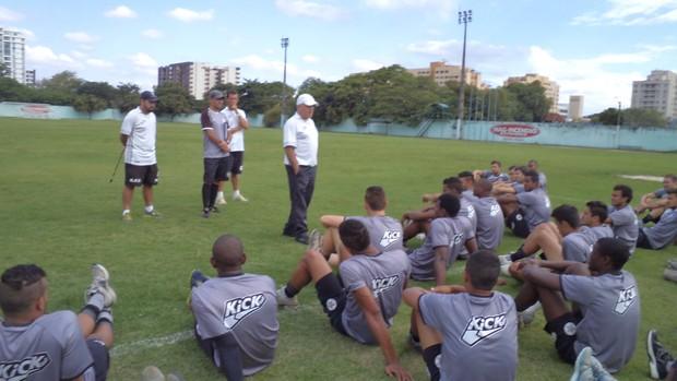 Antes da atividade, Paulo Campos apresentou expectativas para temporada (Foto: Guto Alvarenga/Resende FC)