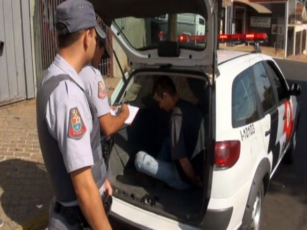 435377254b8 Suspeito foi detido por PMs logo após assalto em Piracicaba (Foto  Edijan  Del Santo