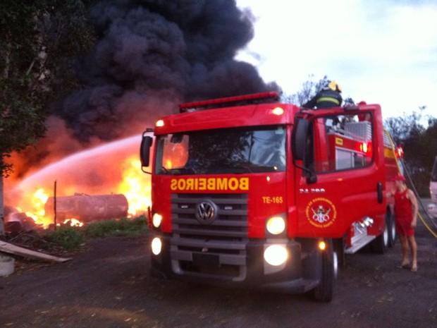 Bombeiros tentam controlar incêndio (Foto: Fábio Linhares / TV Gazeta)