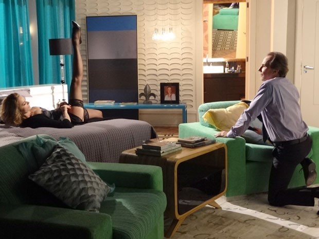 Sônia põe a perna para cima e seduz Sarmento (Foto: Cheias de Charme / TV Globo)