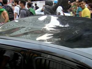 Carro fica amassado  (Foto: TV Verdes Mares/Reprodução)