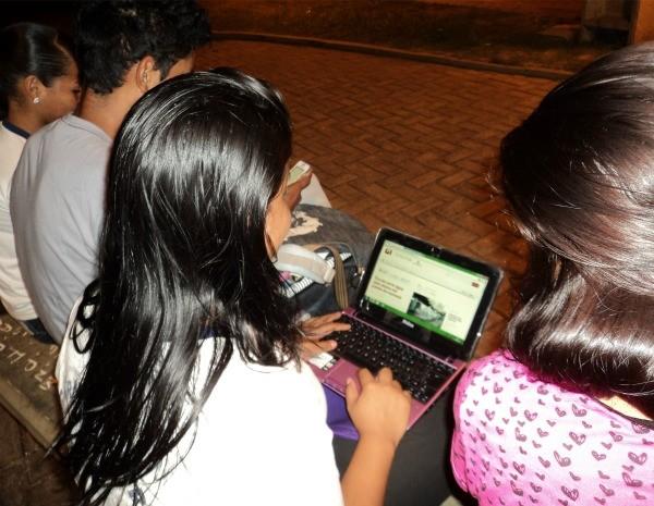 Estudantes aproveitam sinal gratuito para atualizar redes sociais. (Foto: Alessandra Curado/G1)