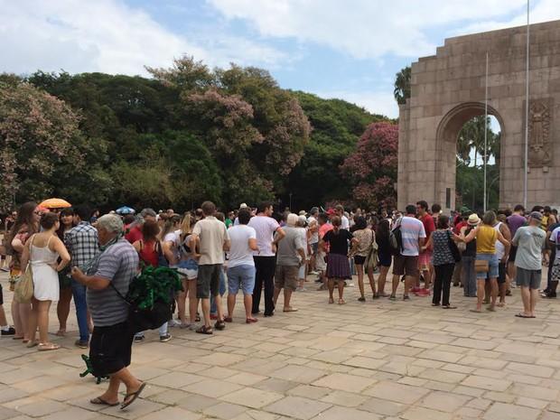 Na Redenção, fila se forma para comprar coxinhas assadas no 'Coxinhaço', em Porto Alegre (Foto: Felipe Truda/G1)