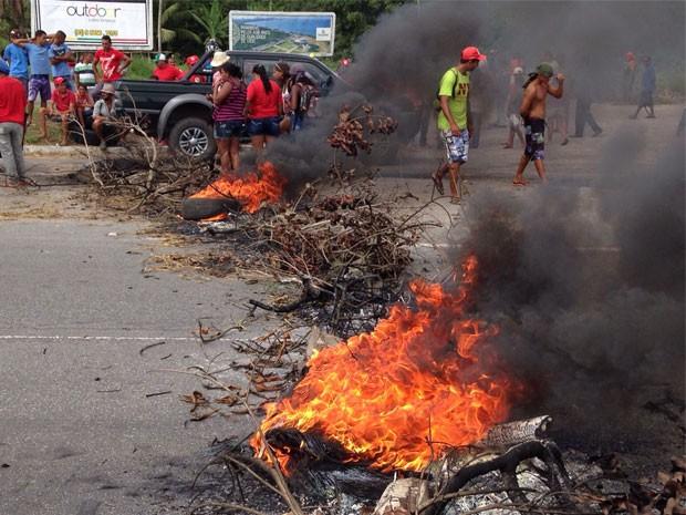 Manifestantes queimam pneus em rodovias para impedir fluxo de veículos (Foto: Walter Paparazzo/G1)