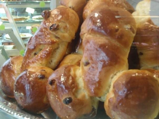 Pães em formato de pênis com passas ou chocolate na padaria de Paris.