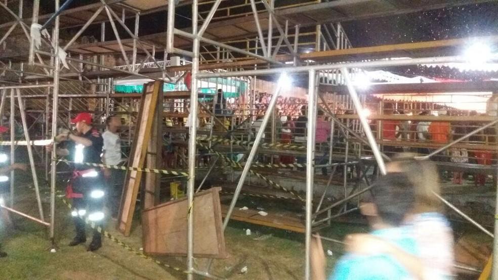 Parte de arquibancada despenca durante festival (Foto: Divulgação)